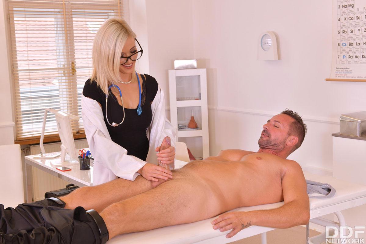 доктор мужик дрочит пациенту этого